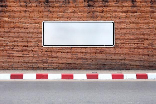 Стальной знак на старой красной кирпичной стене текстуры