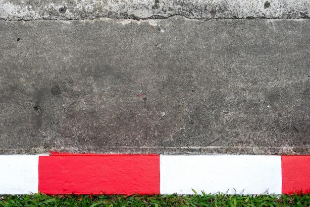 赤と白の交通標識と歩道とアスファルト道路(駐車場なし)