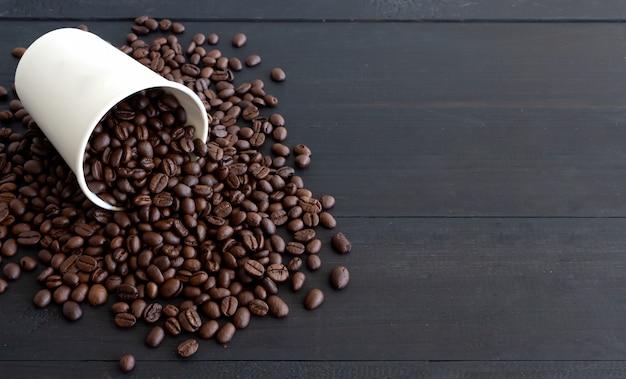 ホワイトペーパーカップと古い木製のコーヒー豆