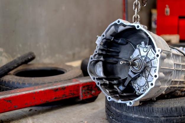 Запчасти для автоматической трансмиссии автомобиля в ремонтной мастерской