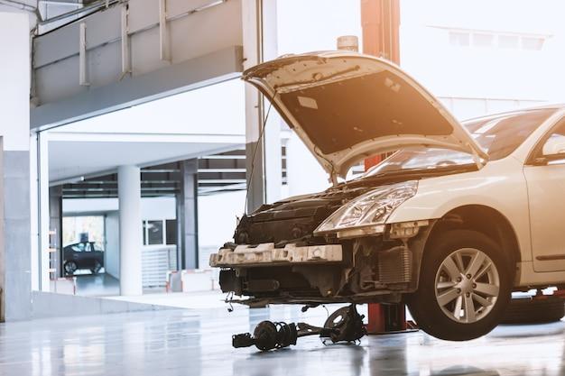 Крупным планом автомобиль в ремонтной станции и кузовной цех
