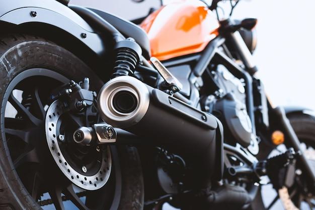 クローズアップのオートバイの排気管