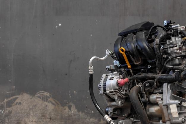 ガレージでクローズアップ車のエンジン修理