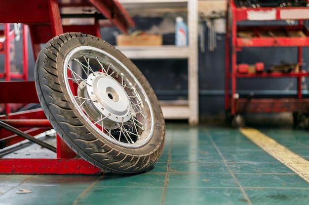 オートバイの車輪修理のクローズアップ錆
