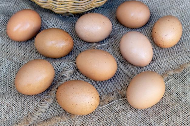 木材の背景にクローズアップの卵。上面図