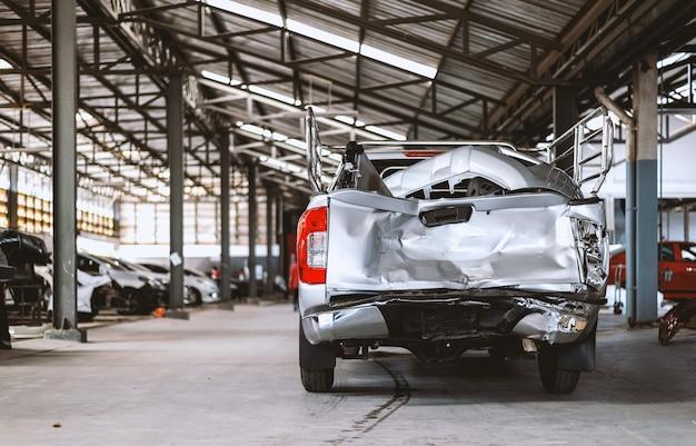 Автомобиль крупным планом в ремонтной станции и кузовного цеха