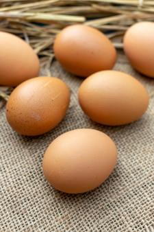 袋の上のクローズアップの卵