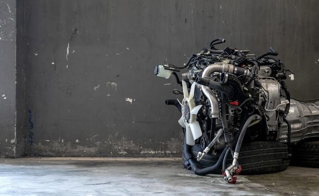 ガレージでの自動車エンジン修理