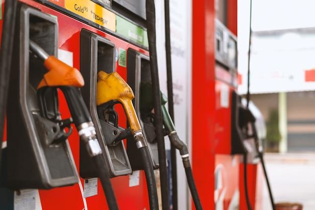 Крупный план красочных топливных насосов на бензоколонке