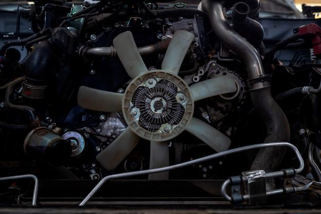 車のエンジンのクローズアップの詳細