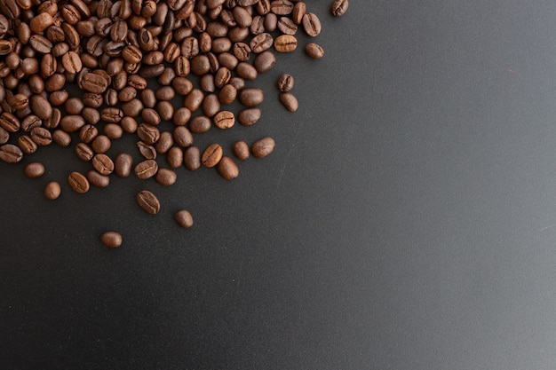 黒の背景にクローズアップのコーヒー豆
