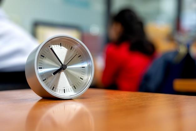 オフィスの机の上のクローズアップ時計