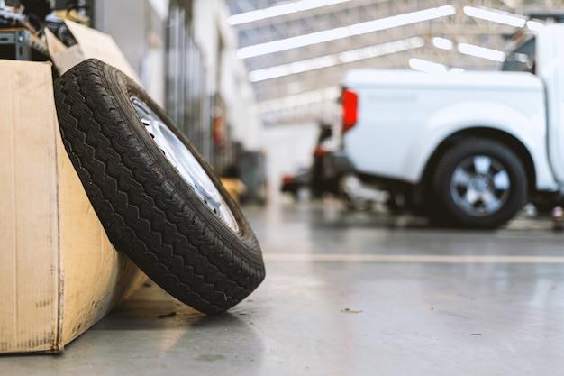 車の修理ステーションでクローズアップの古いタイヤ