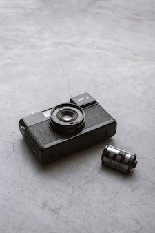 旅行のコンセプト。セメントの床に古いカメラのフィルムで