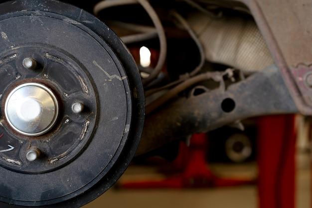 Крупным планом ремонт дисковых тормозов автомобиля