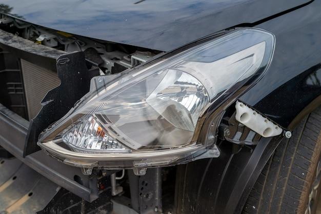 Крупный план автомобиля поврежден от автомобильной аварии