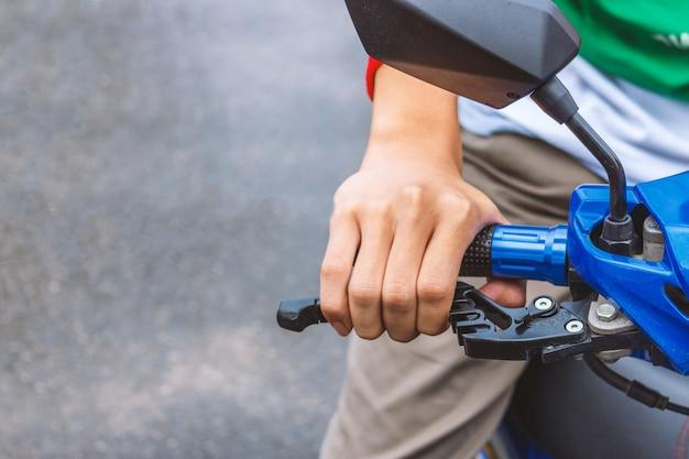 Крупным планом человека, держащего руль мотоцикла