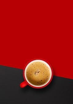 Чашка кофе на красном фоне. вид сверху