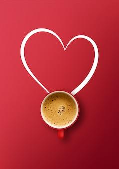 幸せなバレンタインデーのコンセプト。赤い背景の上のコーヒーカップ