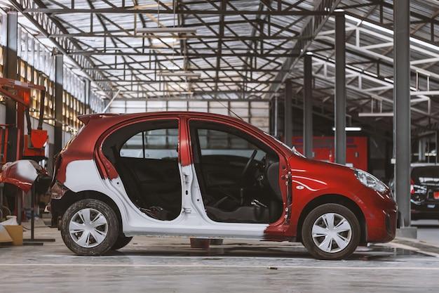 Крупным планом красный автомобиль ждет перекрасить с софт-фокус