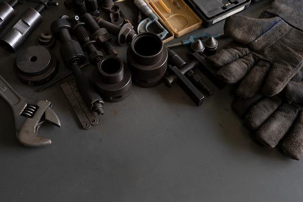 メカニックの机の背景に古いツール