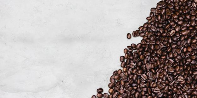 Кофе на цементной стене стола