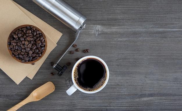 Чашка кофе, инструменты и кофейные зерна