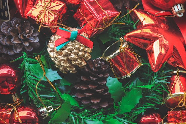 Красочные декоративные рождественские и счастливые новогодние украшения фон