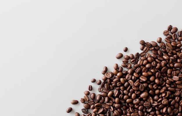 テーブル上のコーヒー豆