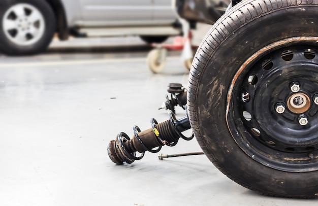 Макроскопические колеса и амортизаторы с ремонтом подвески на автомобиле.