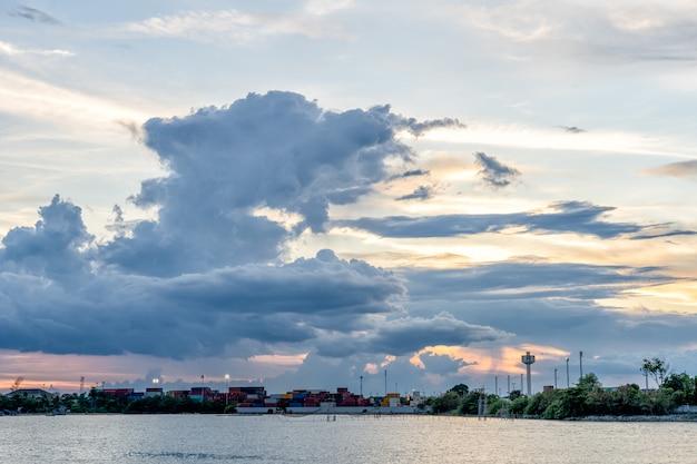 タイのソンクラー県の雲湖と貨物