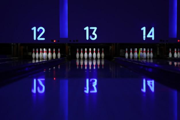 Боулинг-объектив ночь с синим светом