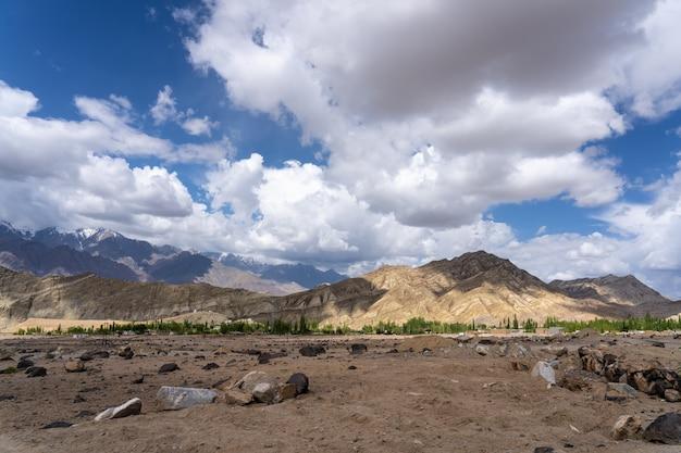 インド北部のヒマラヤ地域の山はヒマラヤ山脈の一部です