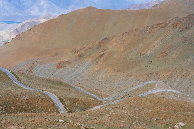 インド北部ヒマラヤ地域の山への道はヒマラヤ山脈のセクションです