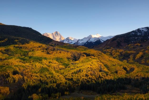 秋の色キャピタルピークス、スノーマス村、コロラド州