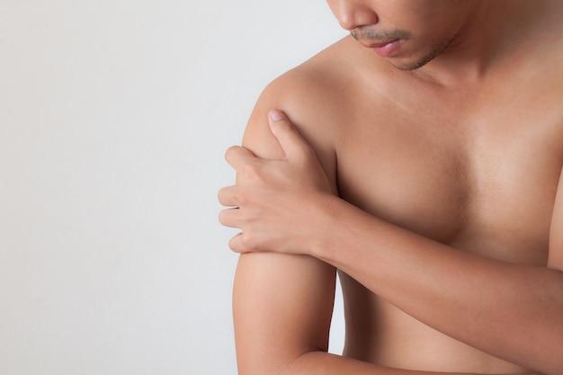 Человек с боль в плече, изолированных на белом фоне