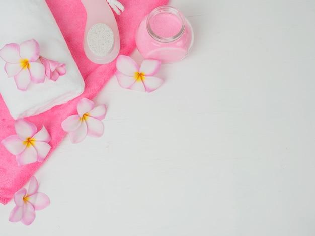 テーブルの上のピンクのバラの花と白いタオル