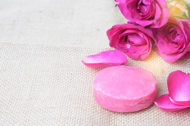 石鹸スクラブとピンクのバラ