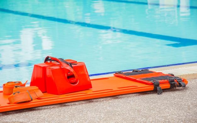 プールで長い脊椎板と頭のイモビライザー