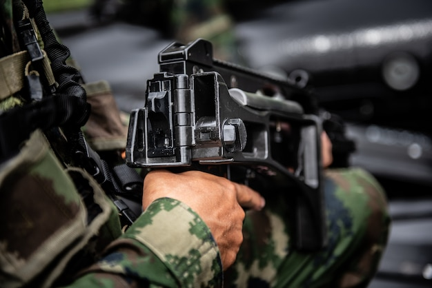 軍の狙撃兵が武器を握る