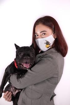 女性ウェアマスクと犬