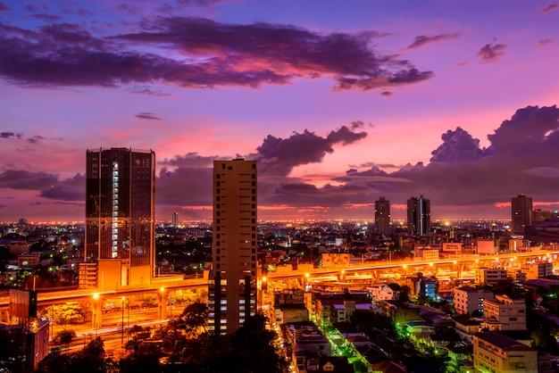 日の出バンコク、タイの街並みの夜のスカイライン