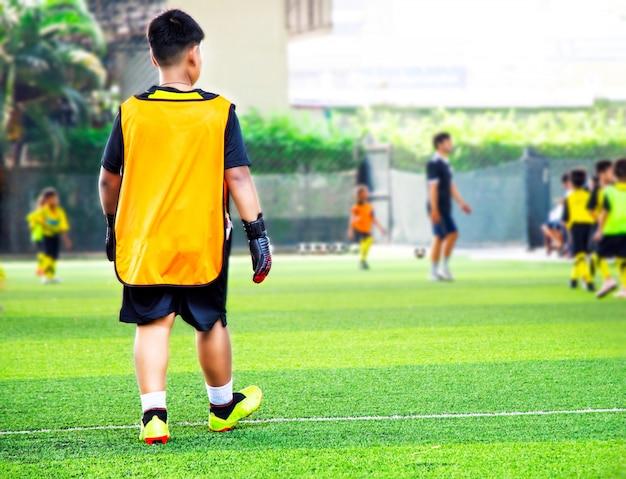 青少年サッカー練習は円錐形で訓練します。