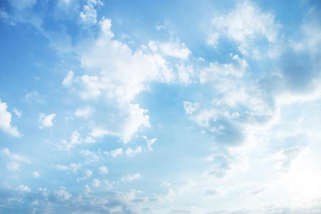 Темное облако с светлым небом и светлым полуночным вечером