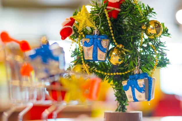カートのクリスマスツリーの背景にギフト