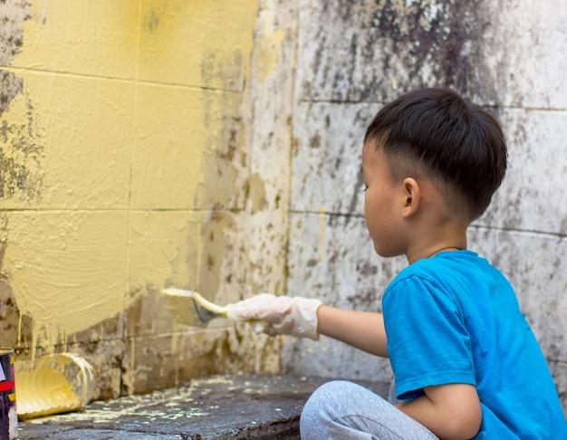 Ребенок окрашен в цвет стены белый