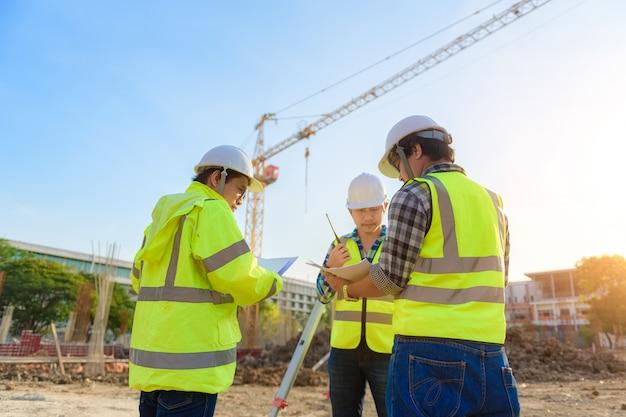 Инженер-строитель осматривает работы с помощью радиосвязи с руководством в строительной области.