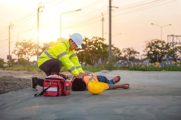 Несчастный случай на работе строителей, людей, проходящих курс первой медицинской помощи и обучение спп на открытом воздухе.