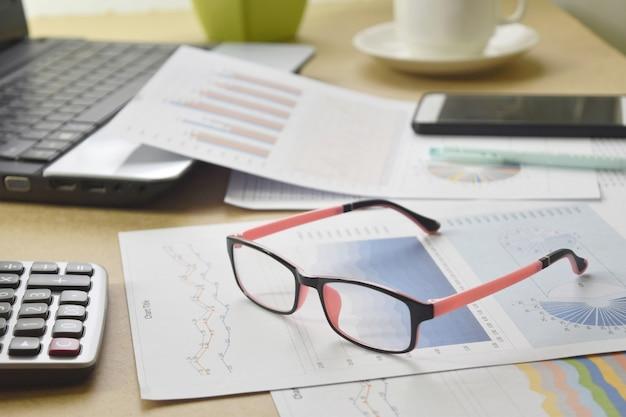 ビジネスレポートと机の上の書類の山