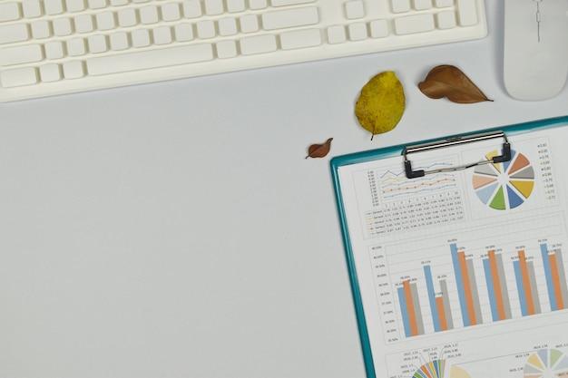事務用品のグラフとチャート木製の背景。